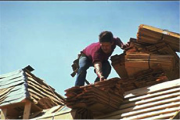 Photo worker roofing a house